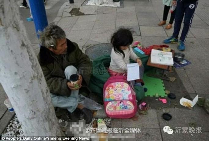 Cô bé 6 tuổi này cho biết rất thích học... Ảnh: Peoples Daily