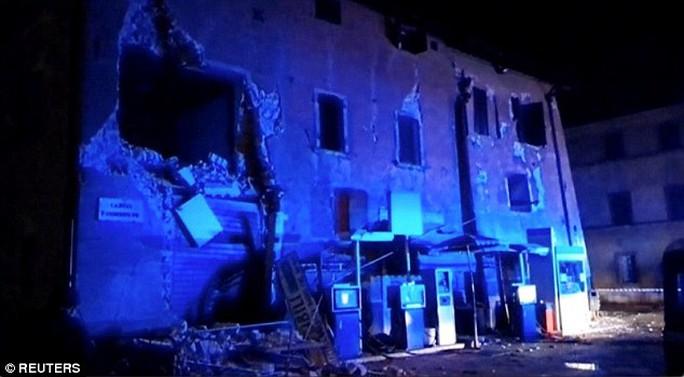 Các tòa nhà bị hư hỏng nặng. Ảnh: AP, Twitter, Reuters