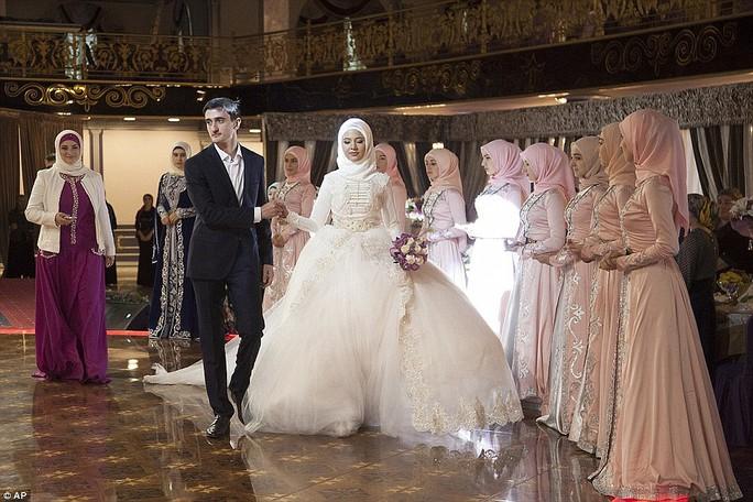 Nếu phát hiện trang phục, điệu nhảy không chuẩn mực, lực lượng cảnh sát đám cưới sẽ can thiệp. Ảnh: AP