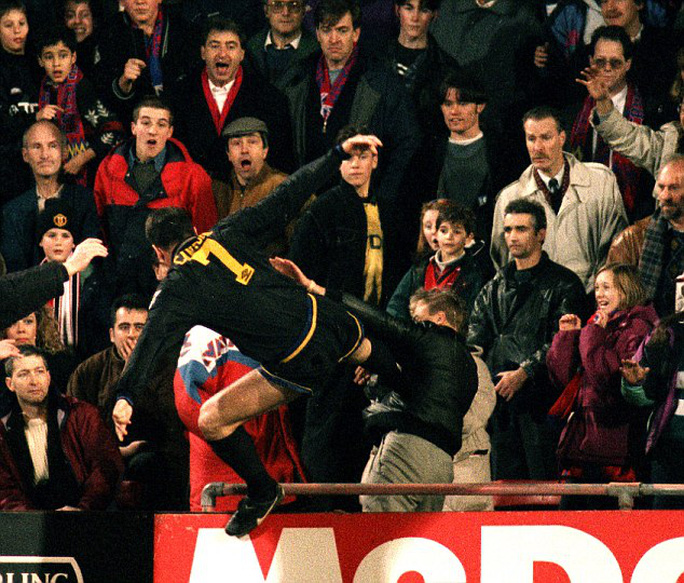 """Cầu thủ xin lỗi CĐV vì tái hiện cú """"kungfu"""" của Cantona"""