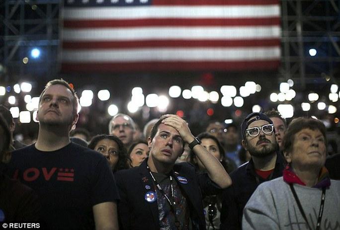 hay sự thẫn thờ là cảm xúc chung lúc này của những ai yêu mến bà Clinton. Ảnh: Reuters