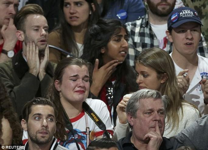 Một số người thậm chí bật khóc khi chứng kiến bà Hillary bị ông Trump vượt mặt. Ảnh: Reuters