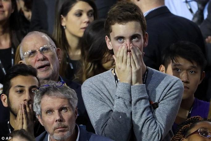 Gương mặt đầy lo lắng của người ủng hộ bà Hillary Clinton. Ảnh: AP