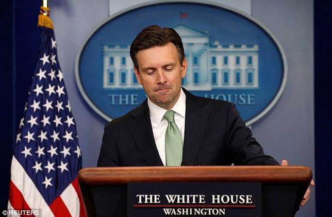 Thư ký báo chí Nhà Trắng Josh Earnest. Ảnh: Reuters