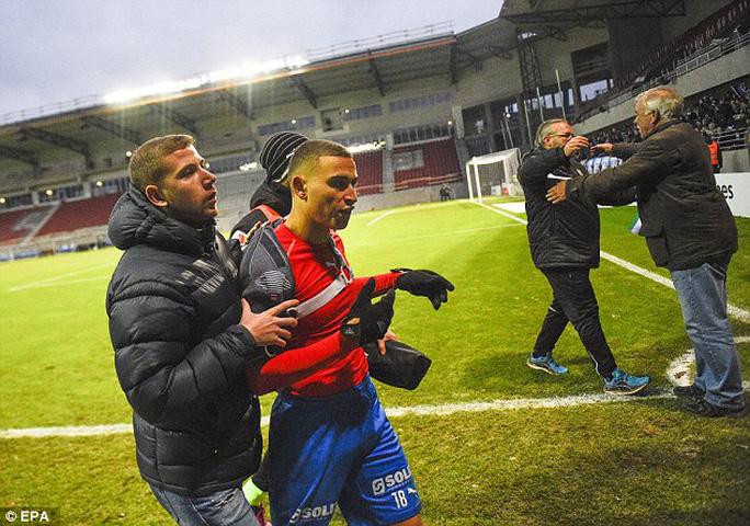 Jordan và Henrik Larsson (ảnh dưới) nhanh chóng rời sân trước sự nóng giận của CĐV Helsingborgs