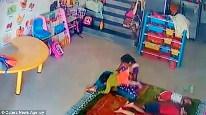 Bé Ritisha bị bảo mẫu ném xuống sàn...Ảnh: Caters News Agency