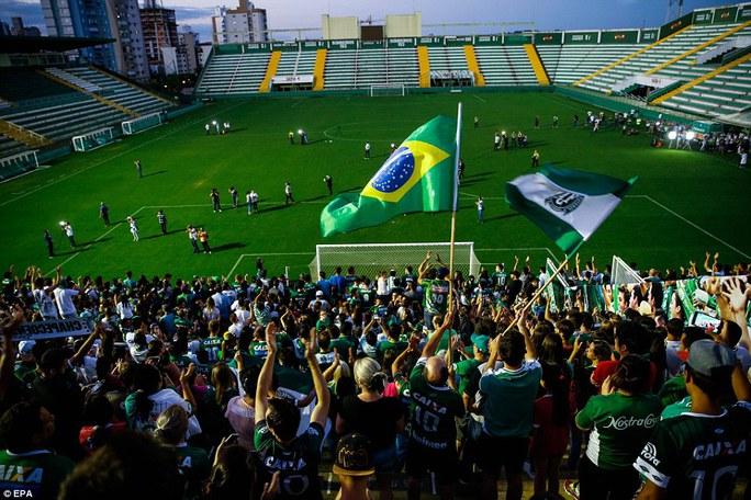 Fan Chapecoense tham gia lễ tưởng niệm vào tối 29-11