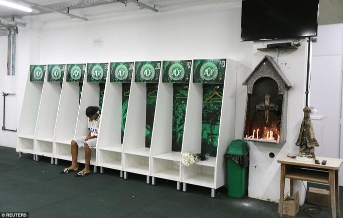 Một cầu thủ U15 Chapecoense ngồi chết lặng trong phòng thay đồ đội 1