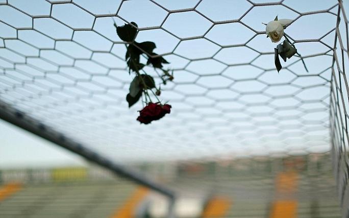 Hoa hồng treo trên khung thành CLB, một hình ảnh cảm động