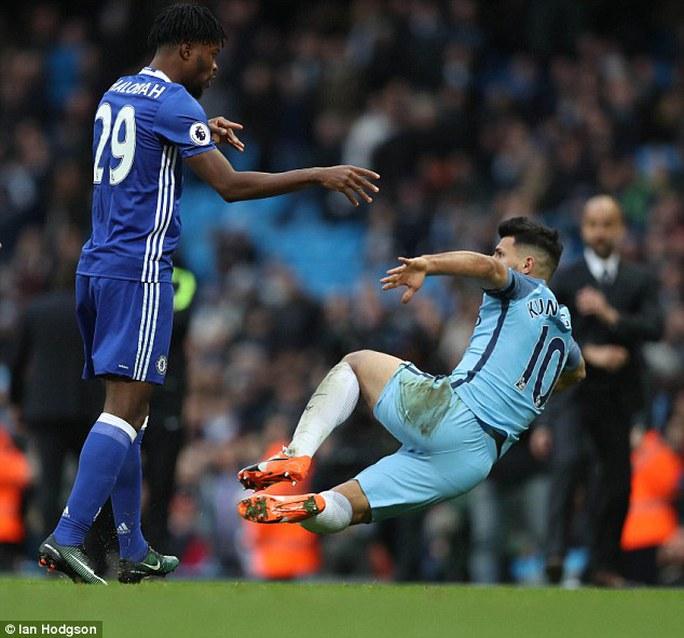 Aguero bị cầu thủ Chelsea xô ngã sau khi chơi xấu Luiz