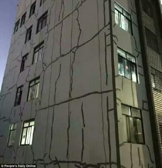 Nhà trường khẳng định các vết nứt không có gì đáng lo ngại. Ảnh: Peoples Daily Online