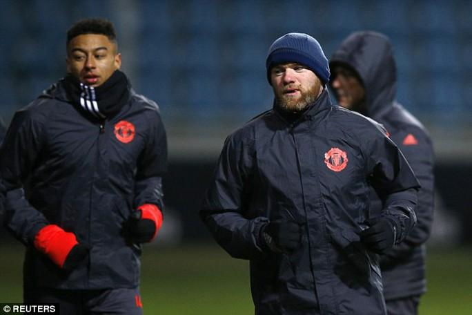 Rooney và Ibrahimovic (ảnh dưới) khó chịu với thời tiết ở Đông Âu