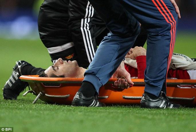 Mkhitaryan rời sân trên cáng sau chấn thương