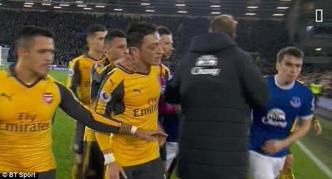 Ducan Ferguson ngăn cản cầu thủ hai bên đánh nhau
