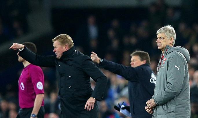 Wenger chỉ trích trọng tài, Koeman đáp trả