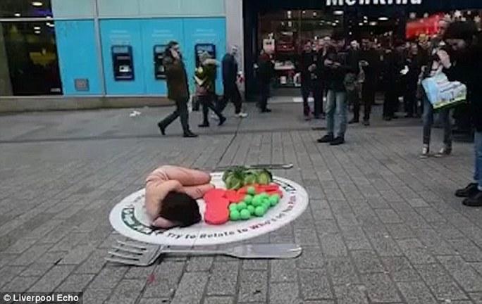 Người phụ nữ khỏa thân nằm trên đĩa ở trung tâm TP Liverpool. Ảnh: Liverpool Echo