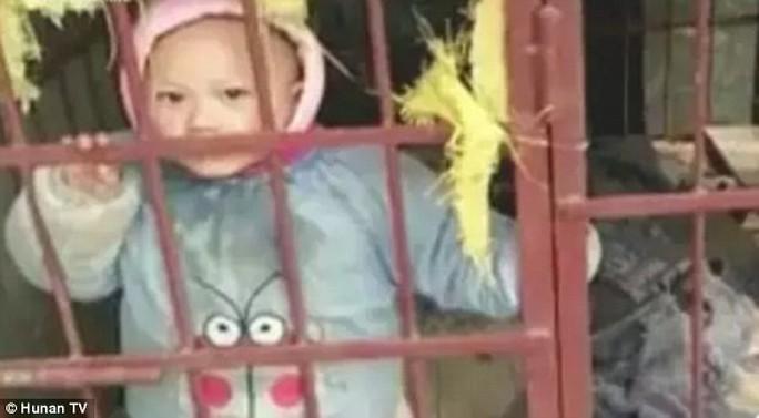 Những hình ảnh bé trai 3 tuổi bị mẹ nhốt vào chuồng chó khiến cộng đồng mạng Trung Quốc phẫn nộ. Ảnh: Hồ Nam TV