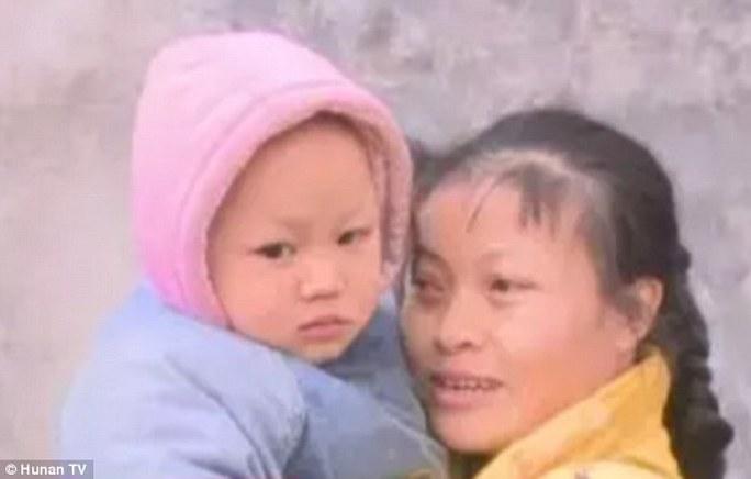 Bà Jiang (phải), mẹ cậu bé, nói rằng sẽ không bao giờ làm vậy với con nữa. Ảnh: Hồ Nam TV