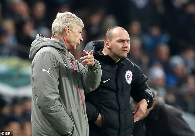 Wenger nhiều lần phàn nàn các trọng tài trong trận