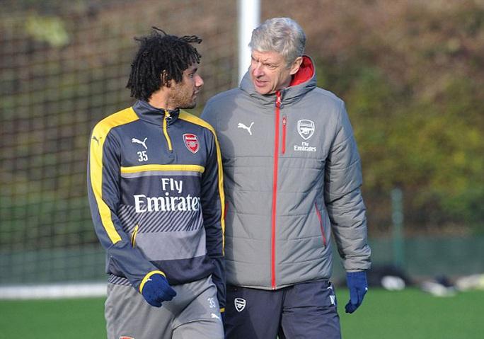 Elneny trò chuyện với Wenger trước buổi tập