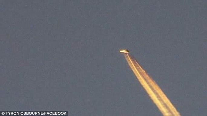 Ông Emmins cho biết UFO lơ lửng trên bầu trời nhiều giờ trước khi bay đi. Ảnh: Facebook