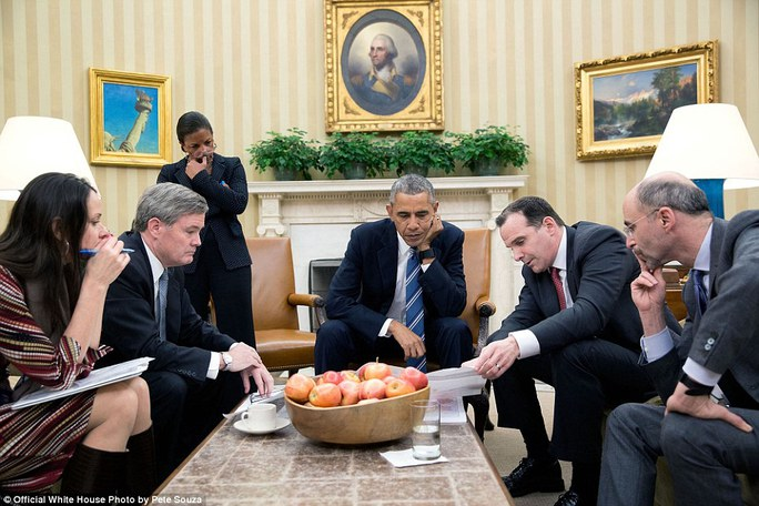 Tổng thống và các trợ lý trầm ngâm bên rổ táo trong khi chờ đợi tin tức từ Brett McGurk, Cao uỷ đặc biệt của Tổng thống tại Liên minh Toàn cầu chống IS, về tình hình ở Syria