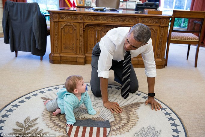 Tổng thống bò ra thảm phòng Bầu dục chơi đùa với con trai của Giám đốc truyền thông Jen Psaki. Nhiếp ảnh gia Souza kể rằng Tổng thống thường bảo các nhân viên đưa con đến chơi ở Nhà Trắng.