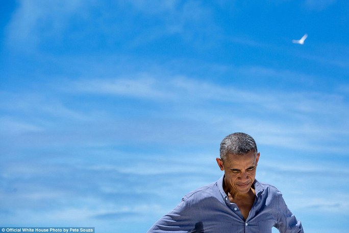 Khoảnh khắc suy tư của ông Obama khi đang trò chuyện với một ký giả của kênh National Geographic trong chuyến thăm đảo Midway ở Bắc Thái Bình Dương
