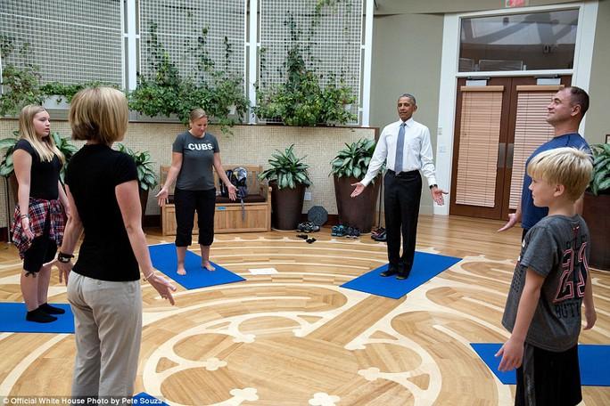 Tổng thống tham gia tập yoga trong một chuyến thăm đến Trung tâm quân y quốc gia Walter Reed.