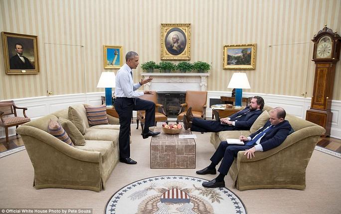 Tổng thống đặt chân lên bàn khi bàn bạc cùng các trợ lý.