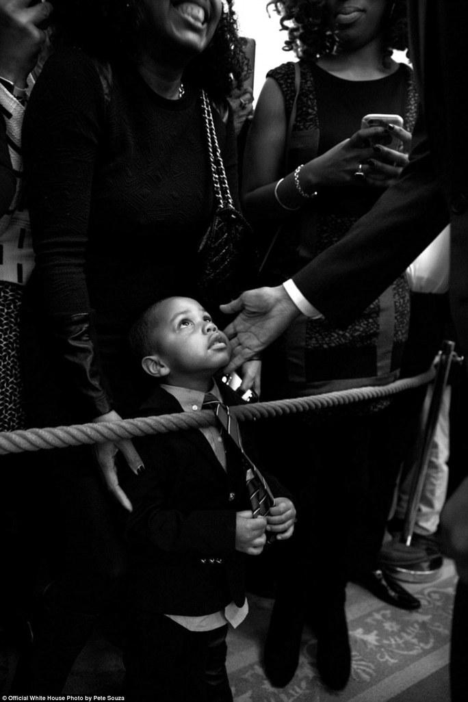 Khi phát biểu mừng tháng của người Mỹ da màu hồi đầu năm 2016, ông Obama đã vuốt mát một cậu bé khi cậu bé ngước nhìn lên. Nhiếp ảnh gia Souza sau đó đã tìm ra cậu bé và tặng cậu tấm ảnh này với chữ ký của Tổng thống trên đó . Đây được xem là một trong những khoảnh khắc mang tính biểu tượng cho 2 nhiệm kỳ Tổng thống mang tính lịch sử của ông Obama