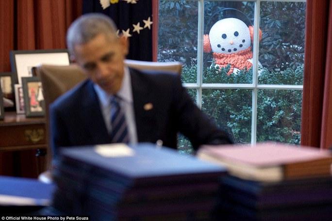 Sau khi Tổng thống Obama thừa nhận ông cảm thấy những người tuyết trang trí trong vườn Nhà Trắng hơi rùng rợn, các nhân viên đã trêu ông bằng cách di chuyển 4 người tuyết đến gần phòng Bầu dục hơn.