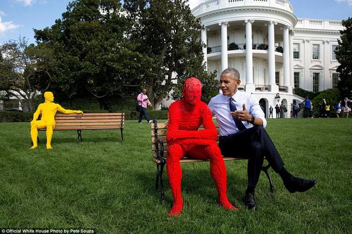Souza chụp ảnh Tổng thống trò chuyện với người Lego (mô hình người được ghép bởi những mảnh xếp hình Lego). Bức ảnh này là ý tưởng của chính ông Obama.