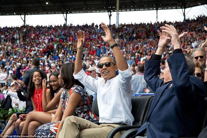 Tổng thống Obama và Chủ tịch Cuba Raul Castro (phải) cổ vũ một trận bóng rổ ở Havana hôm 22-3-2016.