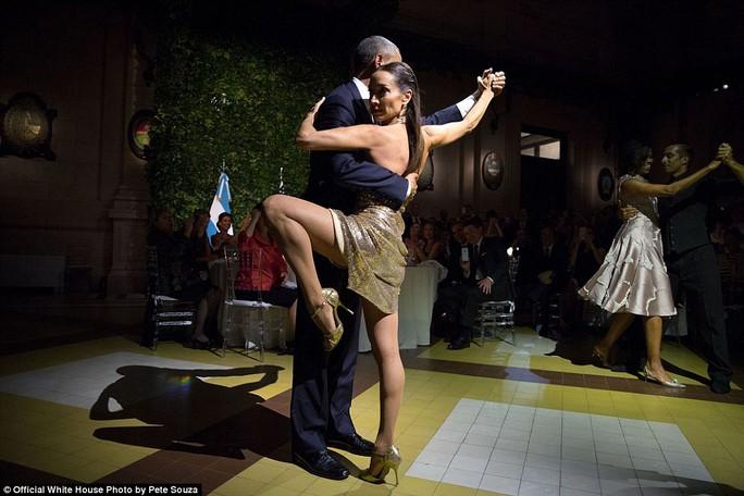 2 vũ công tango đã mời ông Obama và Đệ nhất phu nhân khiêu vũ trong chuyến thăm Buenos Aires của họ.