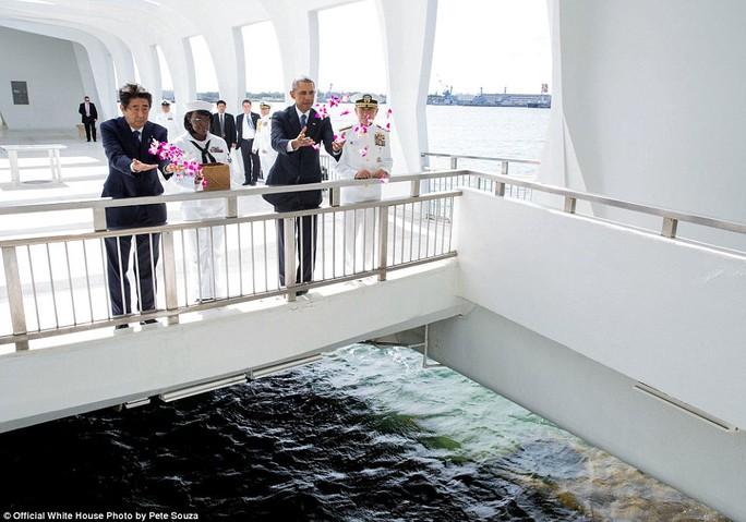 Tổng thống Obama cùng Thủ tướng Nhật Shinzo Abe rải hoa tưởng niệm ở Trân Châu Cảng hôm 27-12-2016.