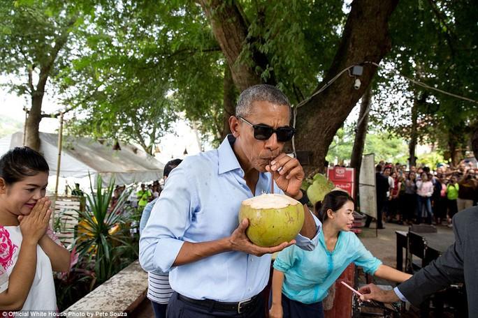 Tổng thống Obama uống nước dừa trong chuyến thăm chính thức đến Lào. Ông là người Tổng thống Mỹ đầu tiên đến thăm chính thức Lào.