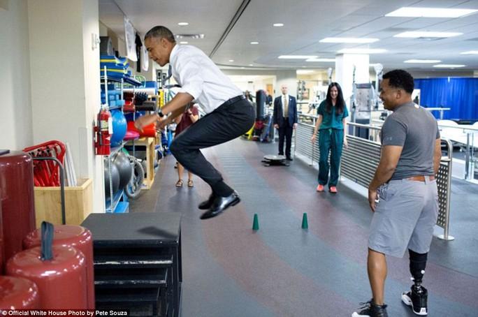 Tổng thống nhảy cẫng lên khi tham gia vận động thử thách độ dẻo dai của cơ thể trong chuyến thăm Trung tâm quân y quốc gia Walter Reed bất chấp việc đang mặt trang phục khá bất tiện.