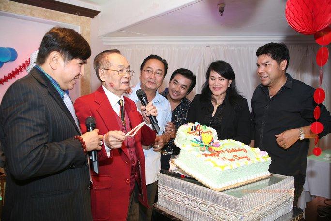 NS Chí Tâm, Nguyễn Sanh, Philip Nam, Cẩm Thu, Tuấn Châu chúc mừng sinh nhật NS Văn Chung 89 tuổi