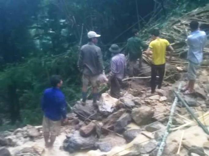 Người dân và chính quyền địa phương tiếp cận hiện trường để tìm kiếm các nạn nhân xấu số