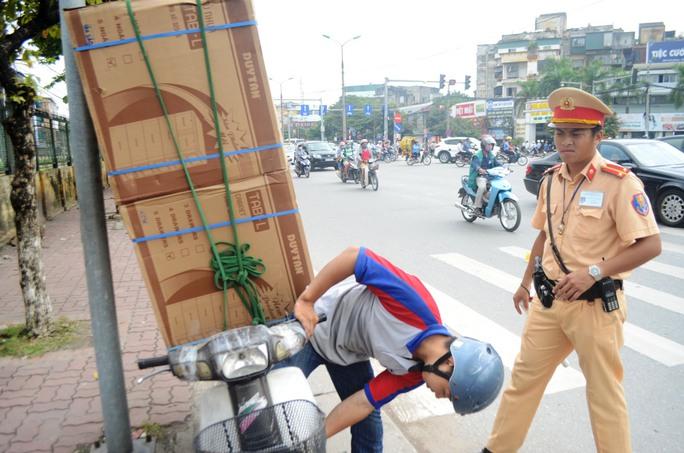Các phương tiện dùng để chở hàng cồng kềnh đa số đều đã cũ nát, không đảm bảo an toàn khi tham gia giao thông