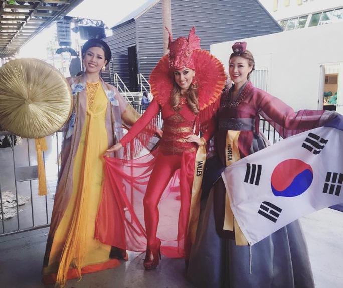 Á hậu Nguyễn Thị Loan trong trang phục dân tộc cùng các thí sinh tại cuộc thi Hoa hậu Hòa bình Quốc tế 2016