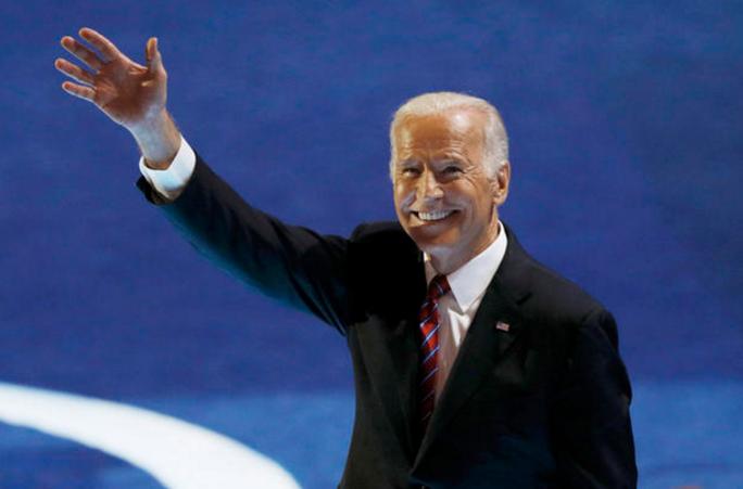 Phó Tổng thống Mỹ Joe Biden thời trẻ (ảnh trên) rất thích mặc áo sơ mi ngắn tay. Ảnh: CBS NEWS
