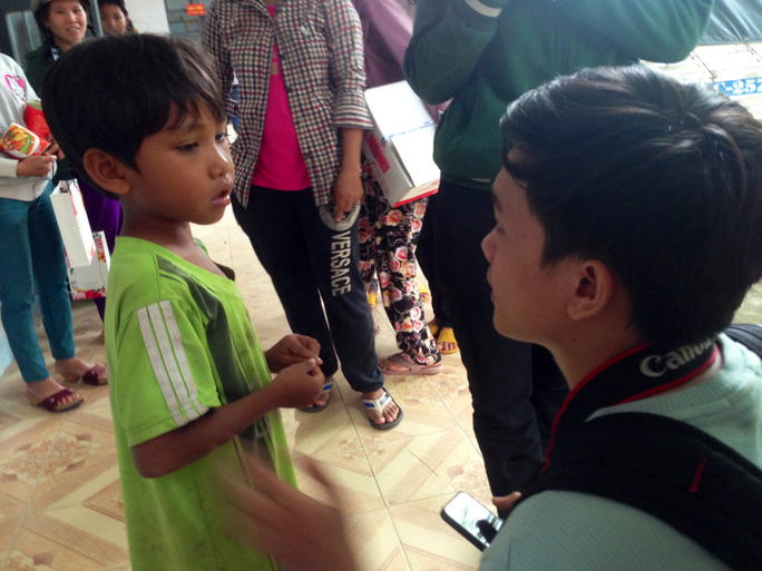 Một em bé tại xã Xuân Lãnh (huyện Đồng Xuân) mất cả cha lẫn mẹ, được đoàn công tác nhận hỗ trợ học bổng.
