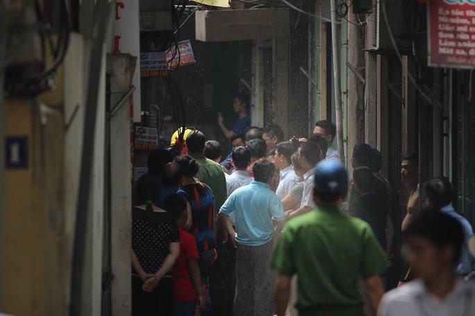 Người dân chung quanh lo lắng về vụ cháy - Ảnh: CTV