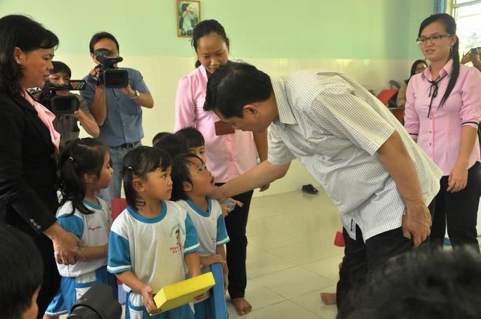 Cô giáo và các bé trường mầm non bất ngờ khi Bí thư Đinh La Thăng ghé thăm