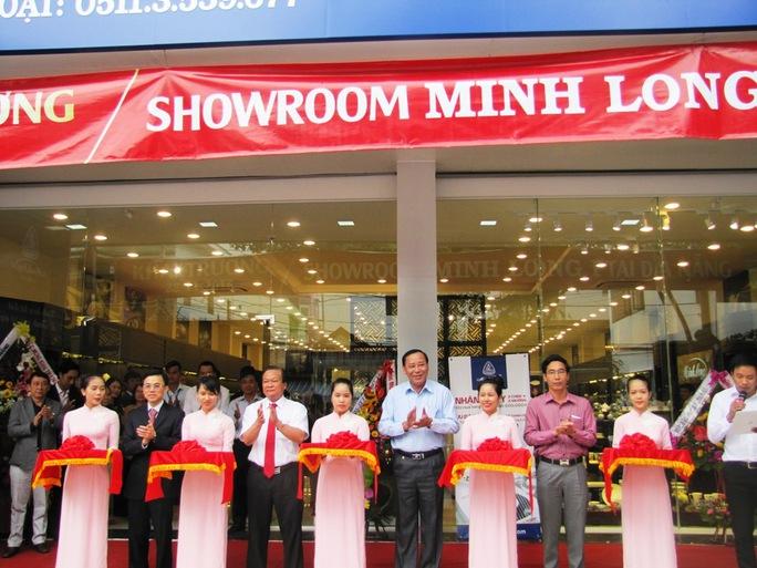 Cắt băng khai trương showroom tại Đà Nẵng