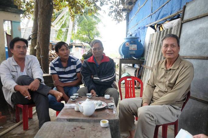 Người thân các ngư dân mong chờ tin tức từ tàu cá bị nạn