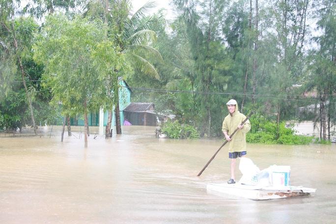 Người dân dùng ghe thuyền để di chuyển đồ đạc đi tránh lũ