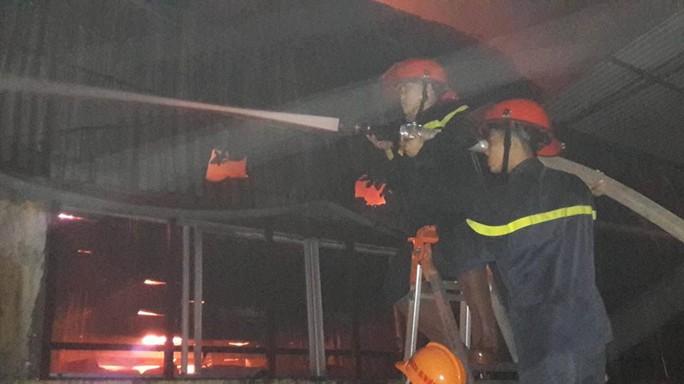 Cảnh sát PCCC phun nước vào khu nhà xưởng